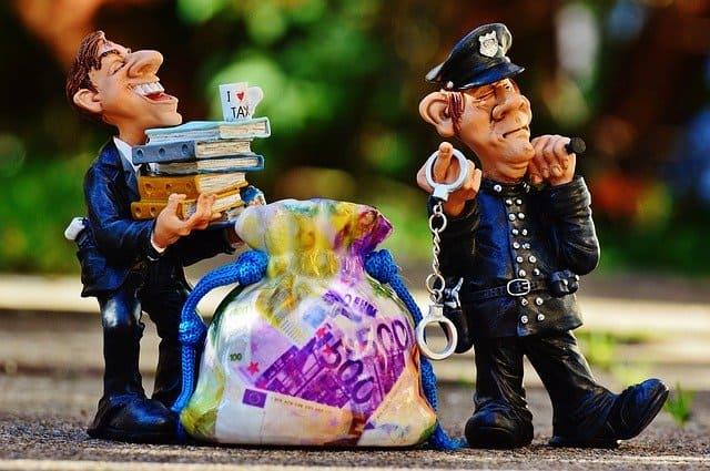 בובות - שוטר ומעלים מיסים