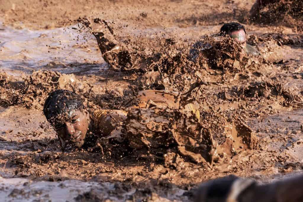 חייל מילואים מתלכלך בבוץ בזמן תרגיל
