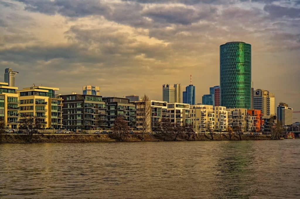 בניינים ליד הים בגרמניה