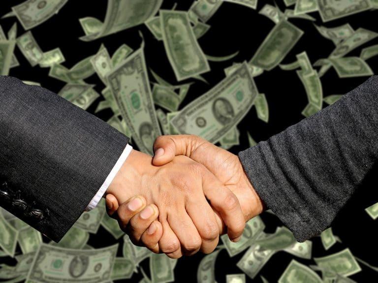 לחיצת יד ודולרים