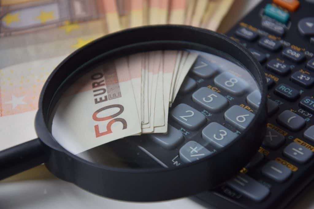 זכוכית מגדלת כסף ומחשבון