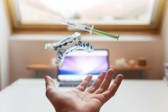 יד מושטת עם סוגי פתרונות רפואיים - תמונה להמחשה