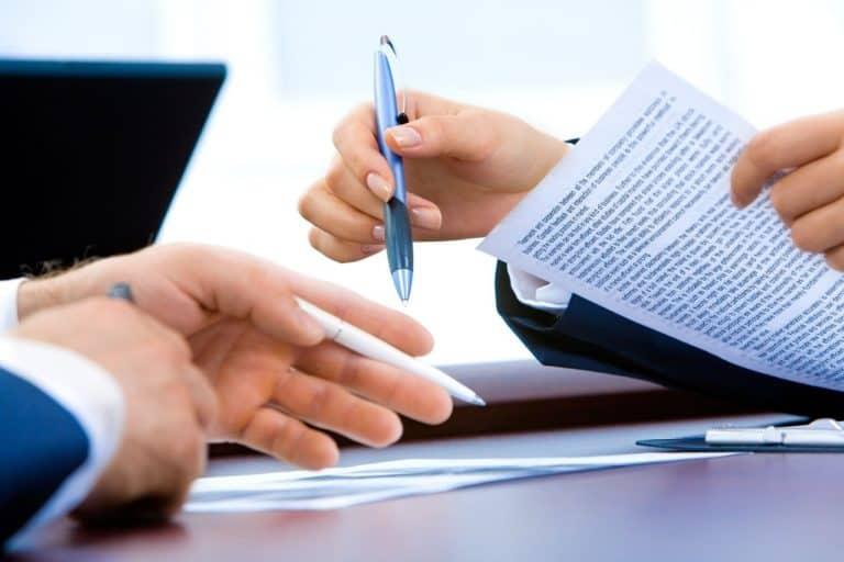 עורך דין ולקוח עוברים וחותמים על מסמכים